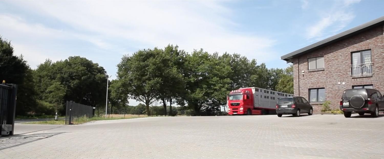 16-55-26_Halle-Toreinfahrt-LKW