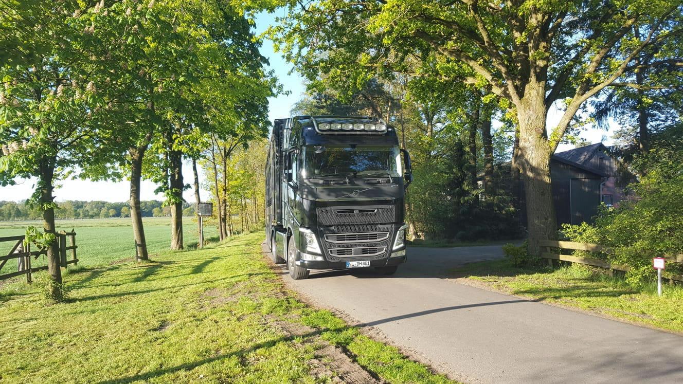 LKW-Volvo-Strasse-Hof