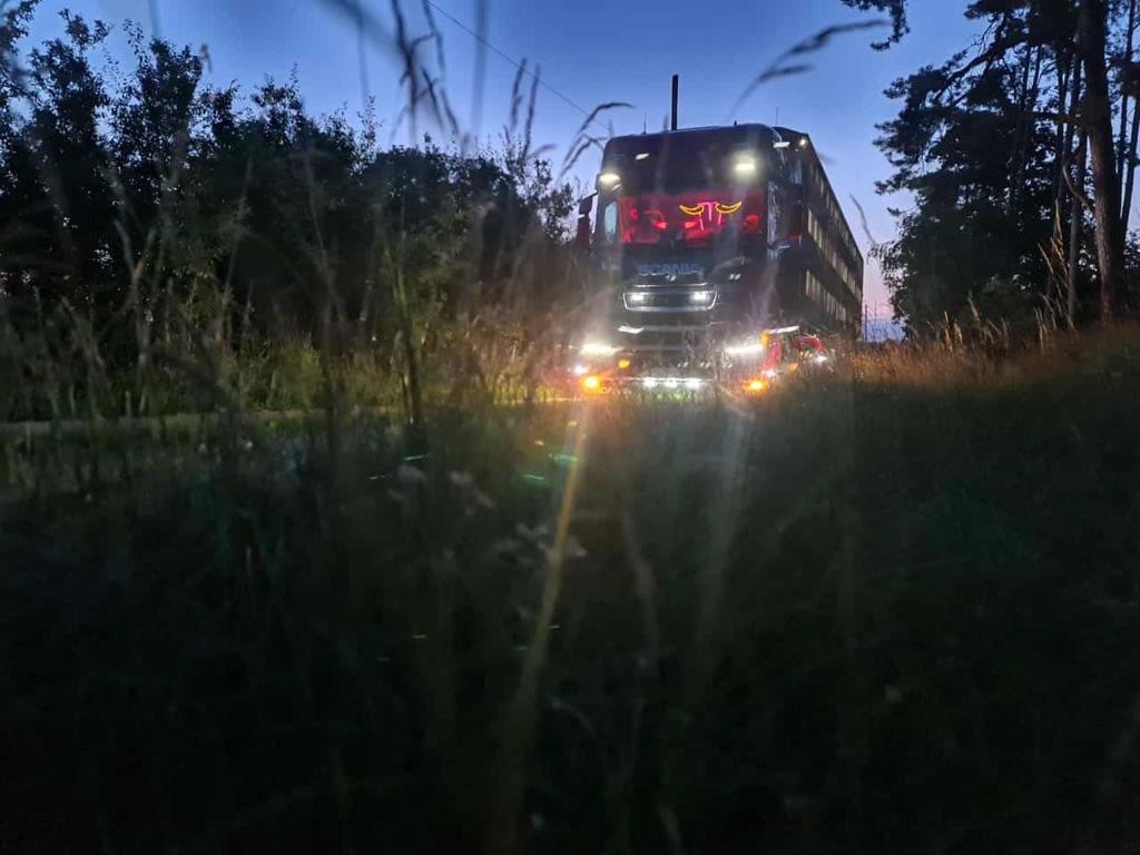 LKW-Scania-abends-Landstrasse_2021-10